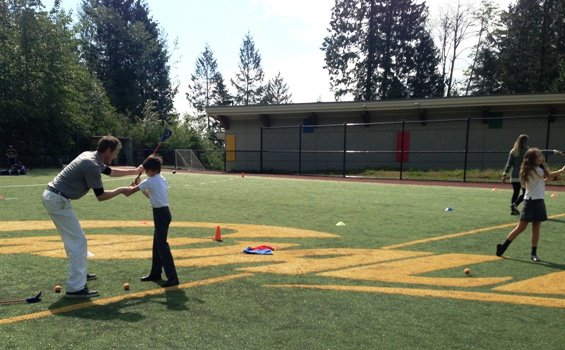 Matt Daniel teachs kids golf at Collingwood school